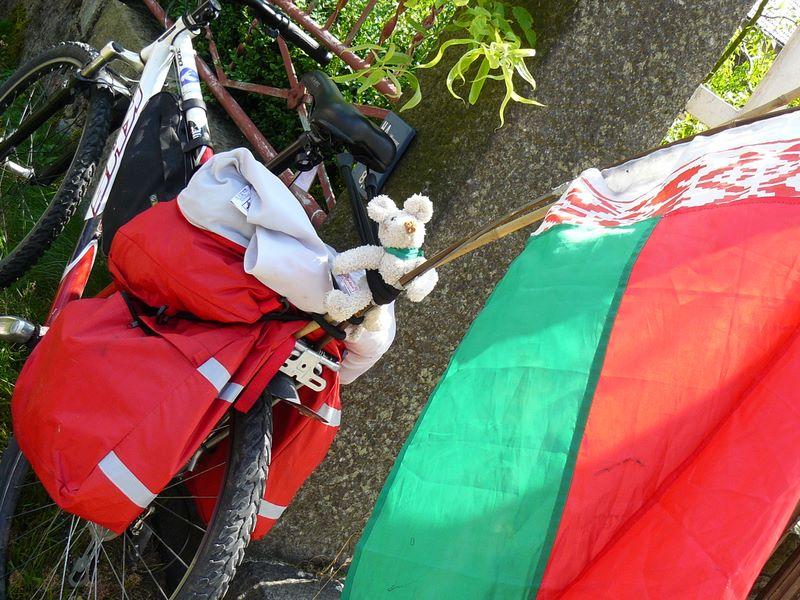 Belarus-Fahne am Gepäckträger
