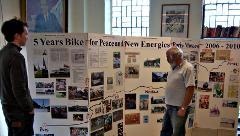 Bildtafeln der mobilen Ausstellung: 5 Years Bike for Peace and New Energies Paris-Moscow 2006-2010. TeilnehmerInnen der 5. Friedensradfahrt Paris - Moskau gestalteten sie.