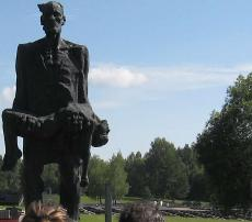 Gedenkstätte Chatyn. Denkmal; Vater trägt seinen von den Faschisten ermordeten Sohn auf den Armen.
