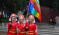 Kinder mit Pace-Fahne