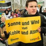 Demonstrant mit Plakat: »Sonne und Wind statt Kohle und Atom«.