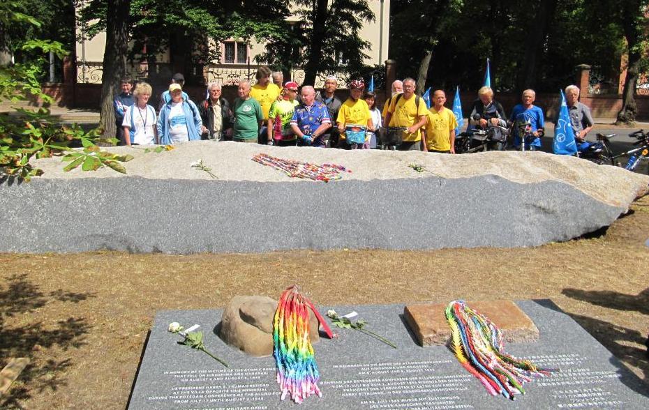 Potsdam: FriedensradfahrerInnen gedenken der Opfer der Atombomben von Hiroshima und Nagasaki.